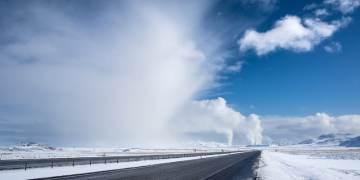 Η φωτογραφία εξωφύλλο του άρθρου είναι το Dean Gill και η λήψη έγινε στην Ισλανδία το 2015 κατά την παραγωγή τεχνητού χιονιού (όχι βιομηχανικού) κοντά στο εργοστάσιο παραγωγής ενέργειας από γεωθερμία στο Selfoss.