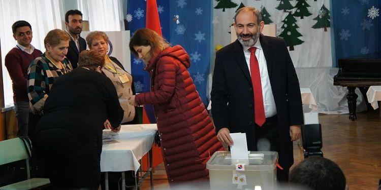 Ο Νικόλ Πασινιάν ψηφίζειστις εκλογές στην Αρμενία