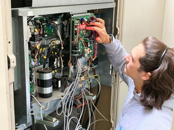 Vérification des paramètres et du fonctionnement de la climatisation par un de nos experts
