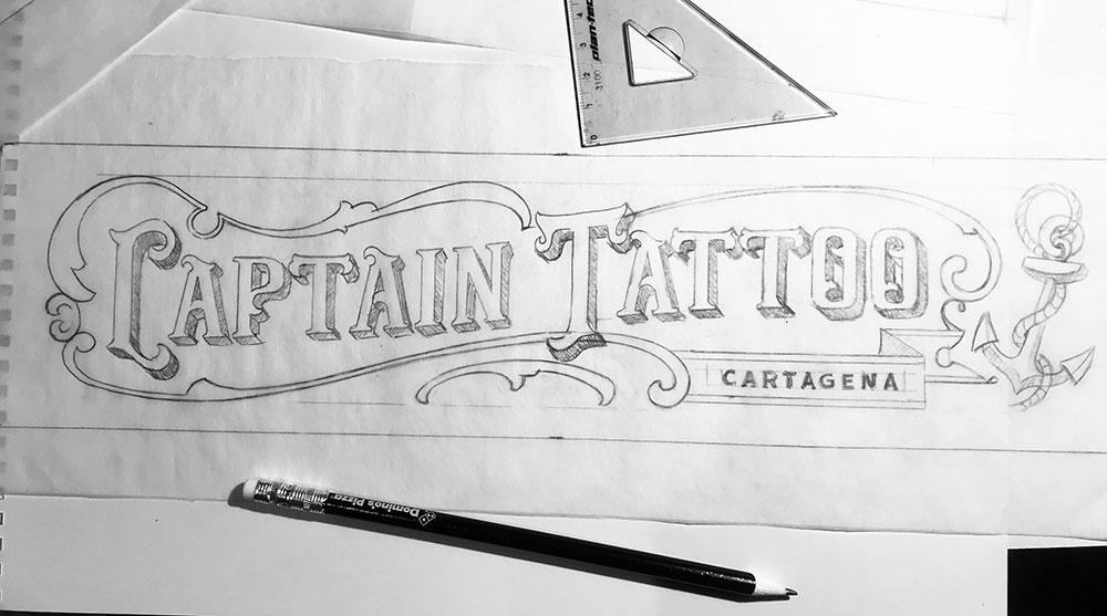 Rotulo-pintado-a-mano-sobre-madera-tattoo-studio-lápiz