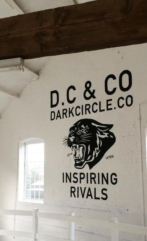 logotipo-pintado-sobre-pared-rotulado-a-mano