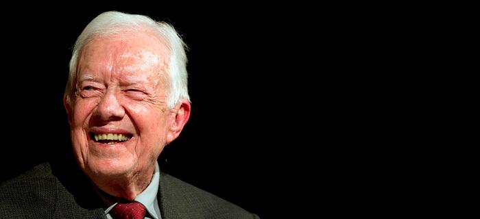 Jimmy Carter ayuda a los más necesitados después que Dios lo sanó de cáncer