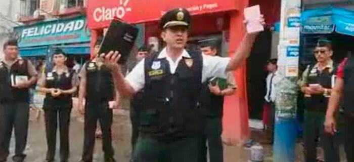 Policías de Perú predican en las calles el Evangelio de Jesucristo