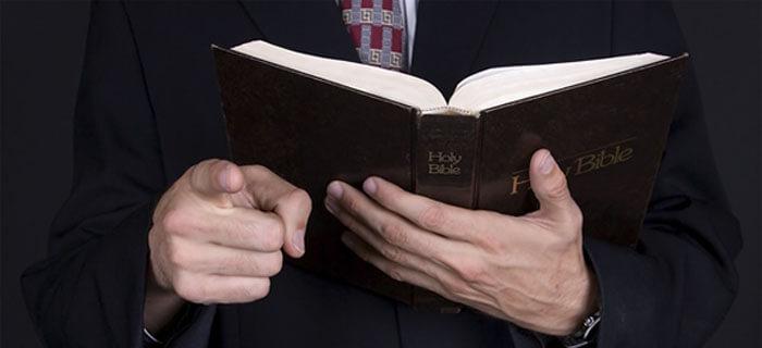 Sométete a tu Pastor sólo si Él se somete a la Biblia
