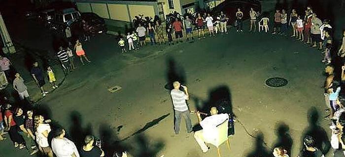 Damnificados de huracán en Puerto Rico alaban a Dios en las calles Tomado