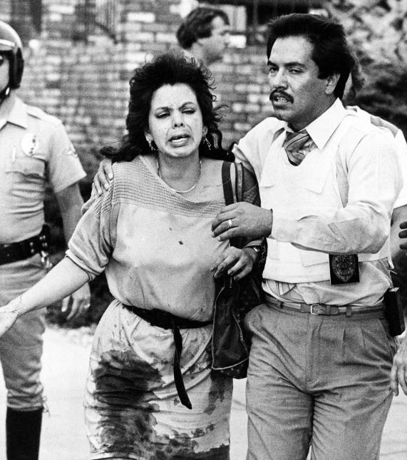 1984. Restaurante McDonald's de San Ysidro, California. James Oliver Huberty, un exvigilante de 40 años que había sido embalsamador de cadáveres y tenía antecedentes de comportamiento violento, asesinó a 21 clientes del restaurante McDonald's ubicado a tres cuadras de su departamento. Utilizó una ametralladora, una pistola y una escopeta. Las víctimas del tiroteo, ejecutado a pocas millas de la frontera entre México y EEUU, eran en su mayoría de origen mexicano. En la imagen, el rescate de una mujer herida. 18 de julio de 1984.