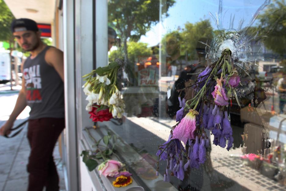 2014. Zona universitaria en Isla Vista, California. Elliot Rodger, de 22 años, publicó un video en Youtube donde declaró que tenía intenciones de asesinar a una mujer que lo había rechazado. Horas más tarde apuñaló a tres personas en un apartamento y tomó su auto BMW hacia una zona universitaria. La recorrió disparando hasta asesinar en total a seis personas. Se suicidó cuando era acorralado por las autoridades. En la fotografía los agujeros que dejaron las balas en las ventanas de un restaurante donde murió una de sus víctimas. 23 de mayo de 2014.