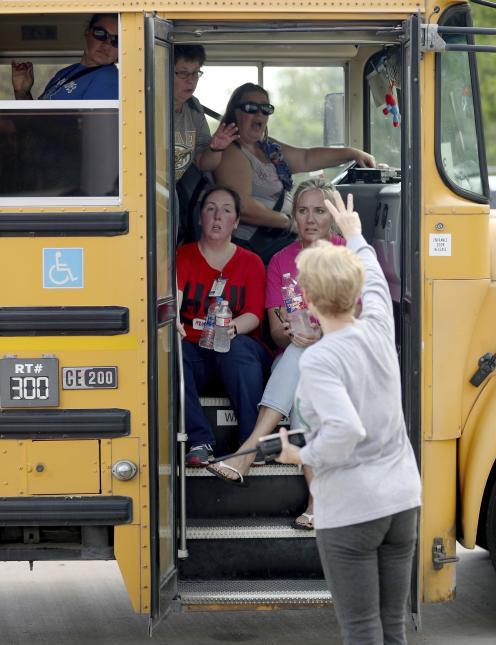 El personal de la escuela fue transportado en autobuses fuera de la zona de la secundaria Santa Fe.