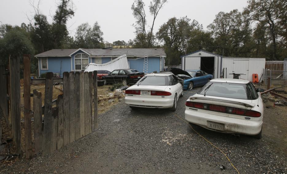 2017. Calles y escuela primaria de Rancho Tehama, California. Kevin Jason Neal estaba en libertad bajo fianza por agredir a un vecino cuando asesinó a su esposa y la enterró en su casa. Luego salió y disparó a residentes de su comunidad en al menos siete lugares diferentes, incluida una escuela primaria. Fue abatido por la policía local. En la fotografía la casa de Kevin Neal, donde fue encontrado el cuerpo de su esposa debajo de las láminas del piso donde se supone la escondió después de matarla. 14 de noviembre de 2017.