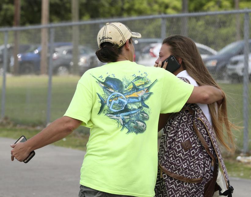 Familiares de los estudiantes se reunieron cerca de la secundaria.