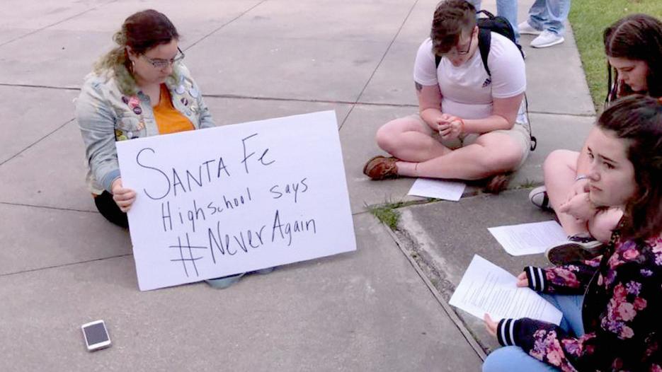 Alumnos de la secundaria se reunieron fuera del recinto escolar.
