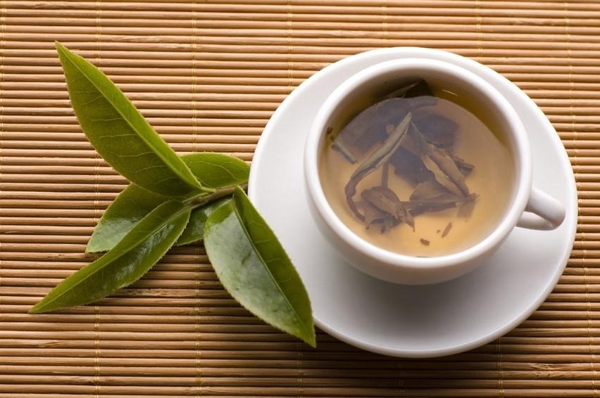 no verão invista em chá branco e chá verde