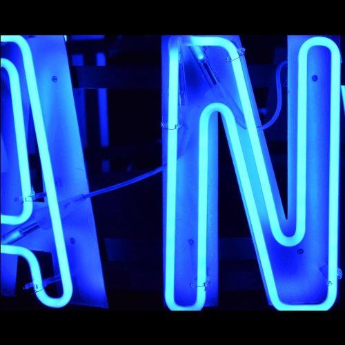 dual-neon-lettera-insegna