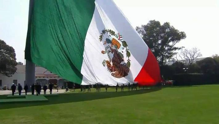 Izan la bandera de México ¡al revés! en evento encabezado por Peña Nieto