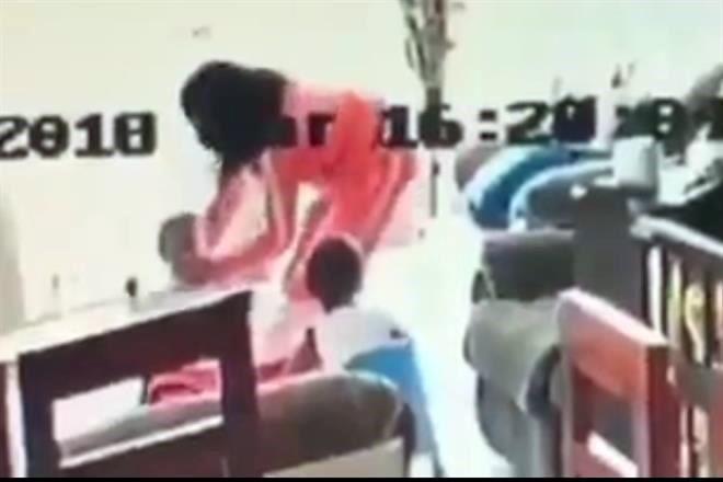 Hallan muerta a la niñera detenida por agredir a dos menores (VIDEO)