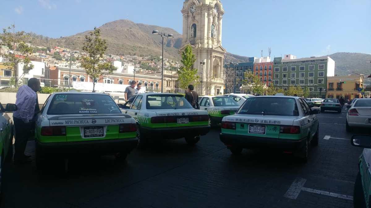 Taxistas bloquean el centro de Pachuca, se manifiestan contra policías