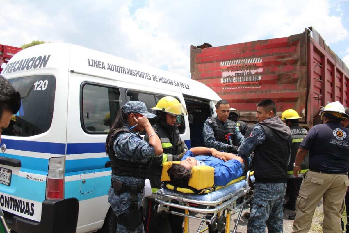 Urvan de pasajeros choca contra torton en la Pachuca-Sahagún; hay un prensado