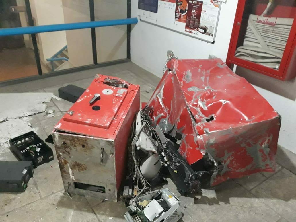 Con maquinaria pesada roban cajero de la UAEH