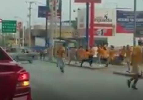 Sufre ataque aficionado tigre por fans de Rayados (VIDEO)