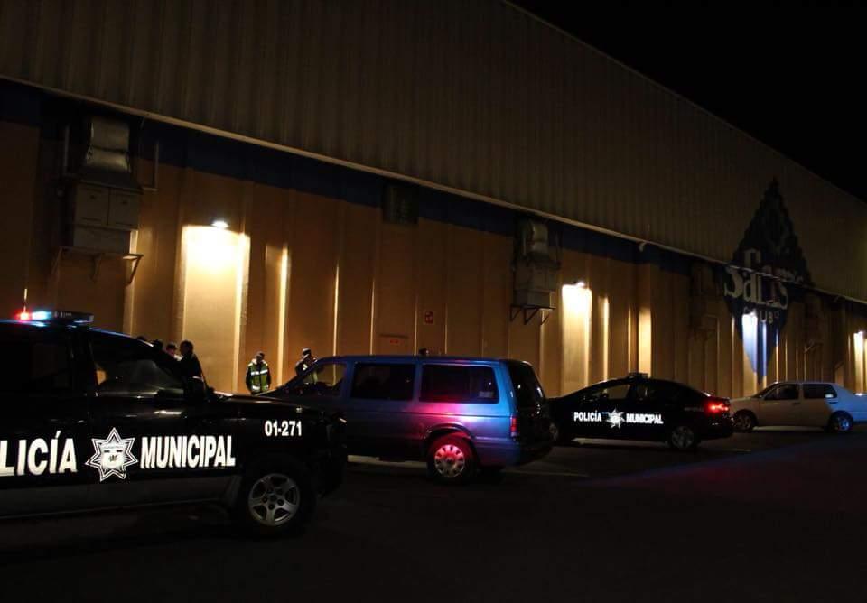 Roban objetos en el interior de un auto en Pachuca