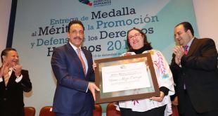 La activista Tania Meza recibió la medalla por promoción y defensa de los derechos humanos 2018