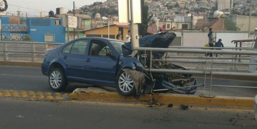 Se impacta vehículo en el Río de las Avenidas; dos lesionados