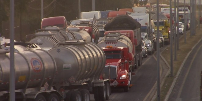 Esperan hasta 24 horas para cargar pipas en Tula, afirman operadores
