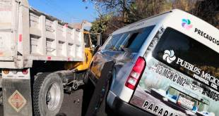 Choca combi vs camión en San Miguel Cerezo