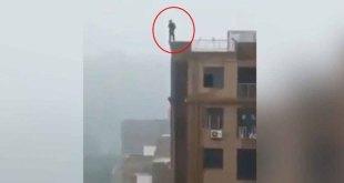 Muere hombre al caer de edificio por tomarse selfie