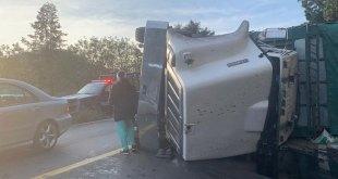 Se registra volcadura de camión en el Corredor de la Montaña