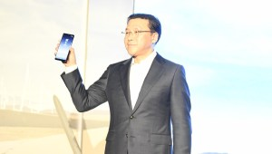 Chung Lyong Lee, President of Samsung Gulf Electronics with Samsung Galaxy Note 8