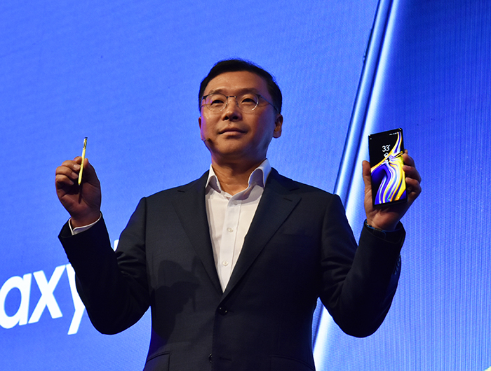 Chung-Lyong-Lee-President-of-Samsung-Gulf-Electronics-with-Galaxy-Note9