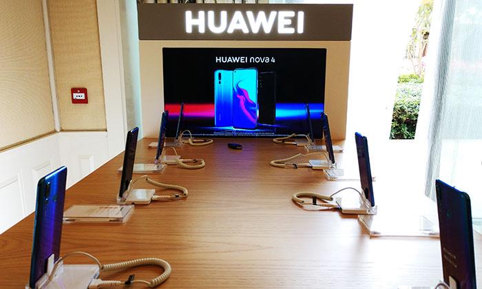 Huawei_Nova_4_smartphone_at-_launch