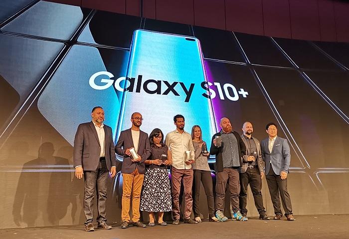 Samsung-Members-given-1st-Samsung-S10-smartphone.j