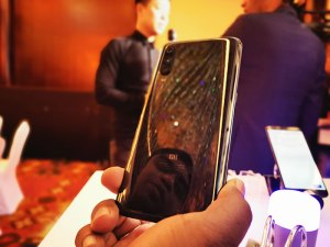 Xiaomi-Mi9-shiny-back-panel
