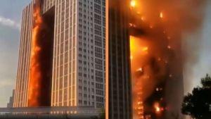 Incendio consume rascacielos en un ciudad de China