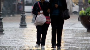 Los tres órdenes de gobierno y corporaciones de emergencia, desde la madrugada de este sábado, atienden diversos eventos derivados de las lluvias