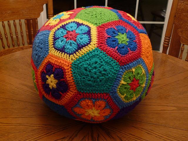 Piecing together the soccer ball crochetbug crochetbug crochet soccer ball crochet flowers crochet hexagons crochet pentagons crochet dt1010fo