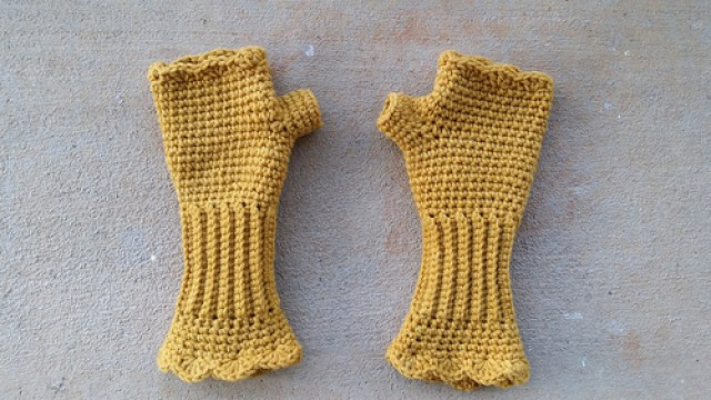 crochetbug, fingerless crochet gloves, stash down, vintage yarn