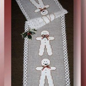 Christmas gingerbread runner pattern - crochetmemories.com