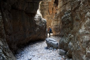 Near the center of the gorge, the path gets really narrow. The narrowest pass is just 1,65m wide