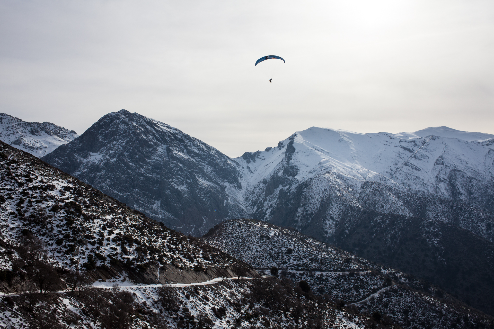 On such a wonderful day, people are paragliding over the White Mountains. Pure joy!