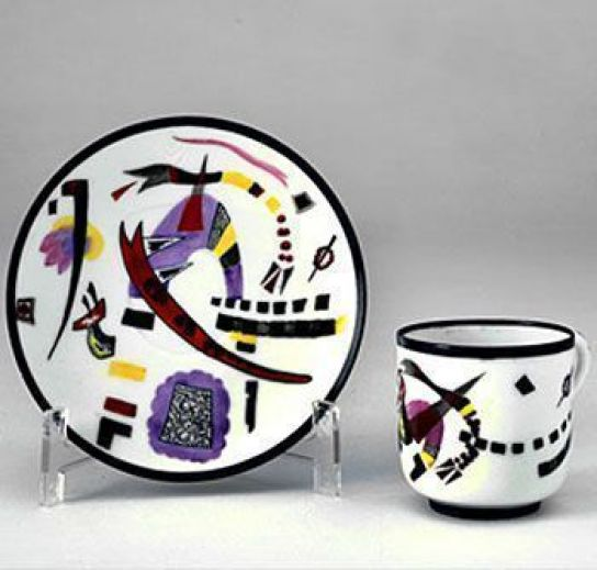 Taza y plato originales con diseño de V. Kandinsky, 1944. Museo Nacional de Artes Decorativas