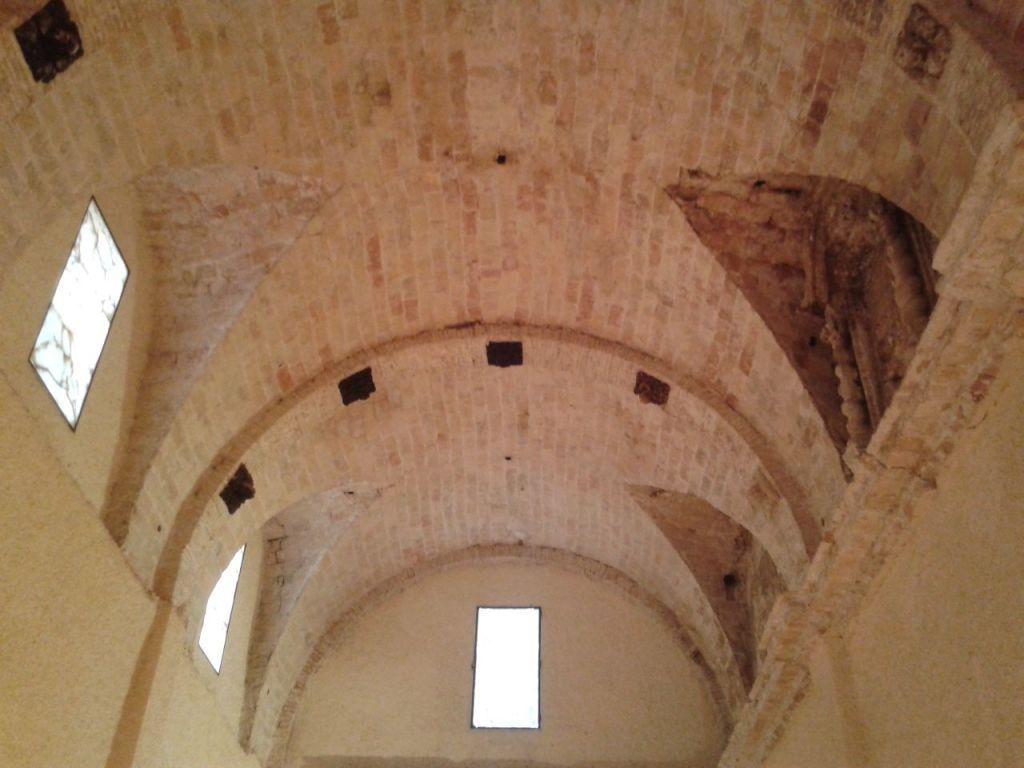 Bóveda de la antigua Iglesia del Salvador. Restos del retablo barroco a la derecha.