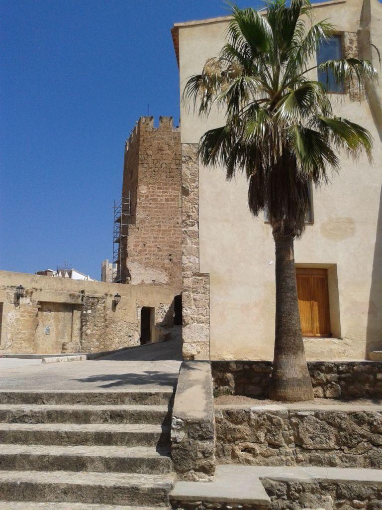 Palacio de los Mercader y Torre Mayor al fondo, Castillo de Buñol.