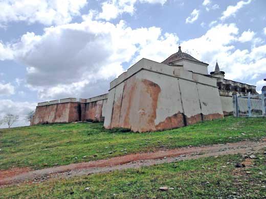 Vista de la muralla desde el exterior del fuerte de Paymogo.