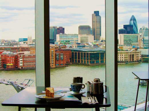 Cafetería de la Tate Modern de Londres con vistas hacia el Támesis, el Puente del Milenio y los rascacielos de Canary Wharf