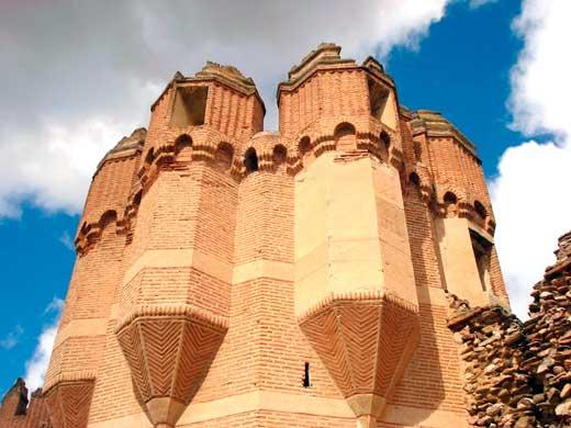 Motivos ornamentales en las torres del Castillo de Coca, Segovia.