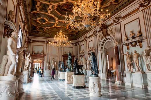 sala del museo capitolino con bronces