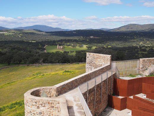 Vista del Castillo de Torres desde el Castillo de El Real de la Jara.